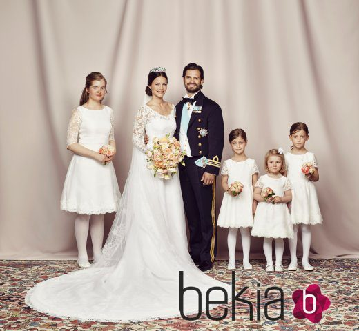 Carlos Felipe de Suecia y Sofia Hellqvist con las damas de honor de su boda
