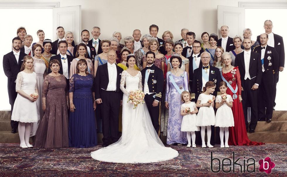 Carlos Felipe de Suecia y Sofia Hellqvist posando con sus familias el día de su boda