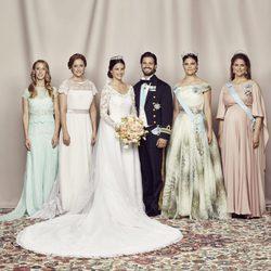 Carlos Felipe de Suecia y Sofia Hellqvist posando con sus hermanas el día de su boda