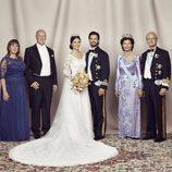 Carlos Felipe de Suecia y Sofia Hellqvist posando el día de su boda junto a sus padres