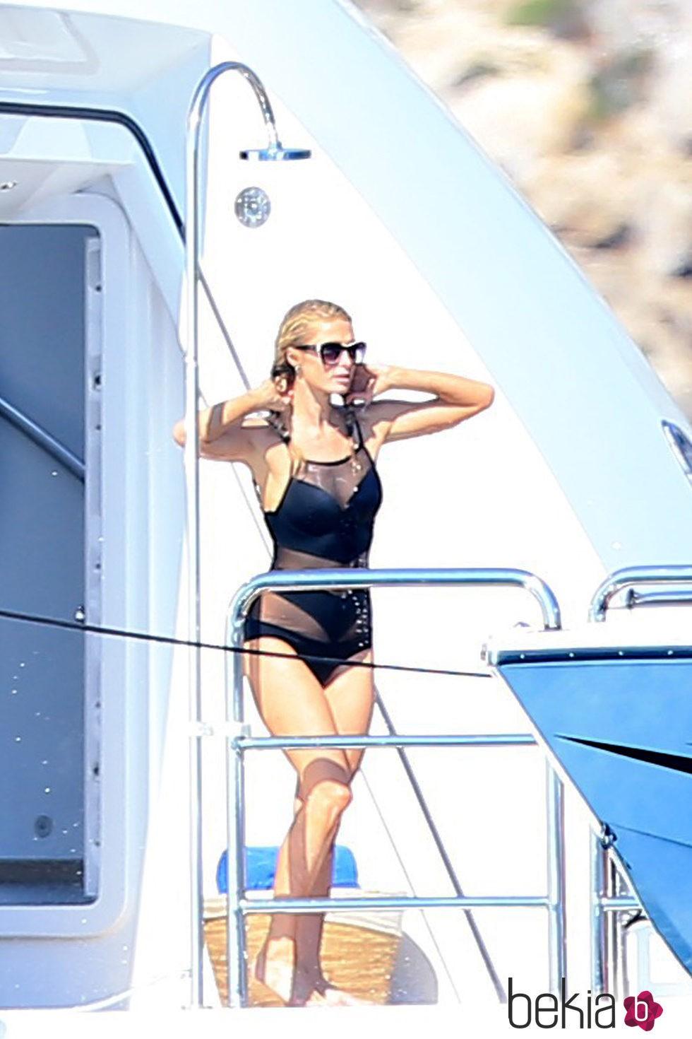 Paris Hilton dándose una ducha en su yate en Formentera
