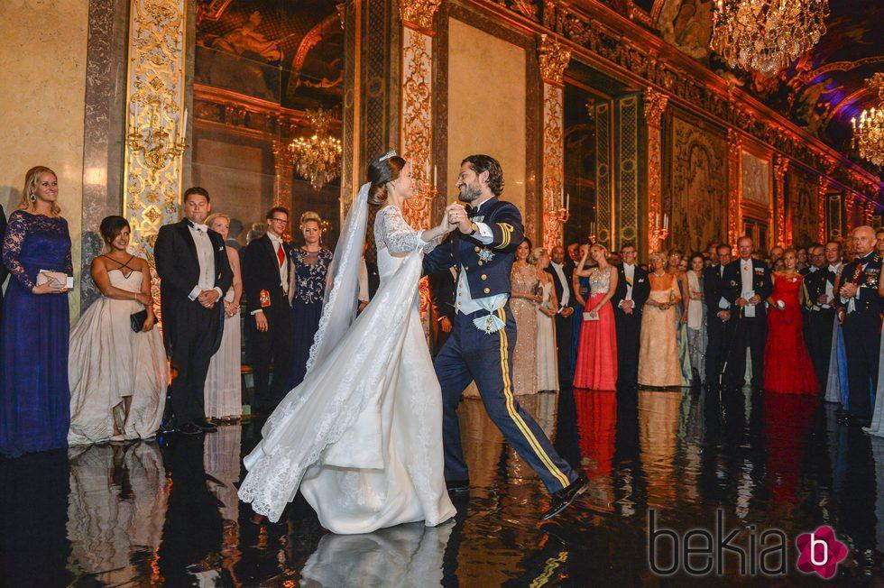Carlos Felipe de Suecia y Sofia Hellqvista bailando el día de su boda