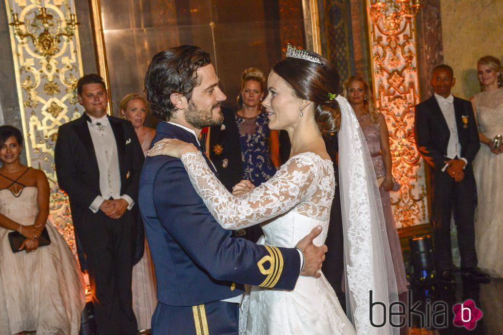 Carlos Felipe de Suecia y Sofia Hellqvist bailando tras su banquete de bodas