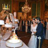 Carlos Felipe de Suecia y Sofia Hellqvista cortando su tarta de bodas