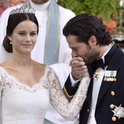 Carlos Felipe de Suecia besando la mano de su mujer Sofia Hellqvist el día de su boda