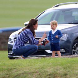 Kate Middleton regañando al Príncipe Jorge durante una jornada de polo