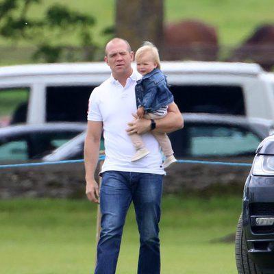 Mike Tindall con su hija Mia en brazos durante una jornada de polo