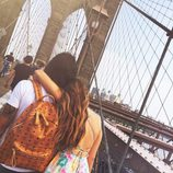Jessica Bueno y Jota Peleteiro cruzando el puente de Brooklyn durante su luna de miel