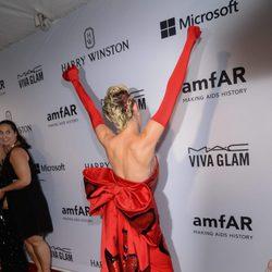 Miley Cyrus mostrando la parte trasera de su vestido en la gala amfAR Inspiration de Nueva York 2015