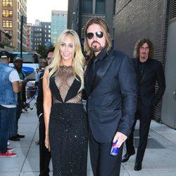 Billy Ray Cyrus y Tish Cyrus en la gala amfAR Inspiration de Nueva York 2015