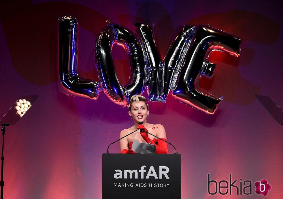 Miley Cyrus agradeciendo su galardón en la gala amfAR Inspiration de Nueva York 2015