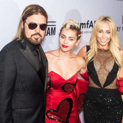 Miley Cyrus con sus padres en la gala amfAR Inspiration de Nueva York 2015