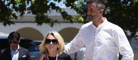 Rafa Lomana y su mujer Teresa en el funeral de Fefa
