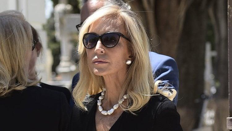 Carmen Lomana en el entierro de su madre