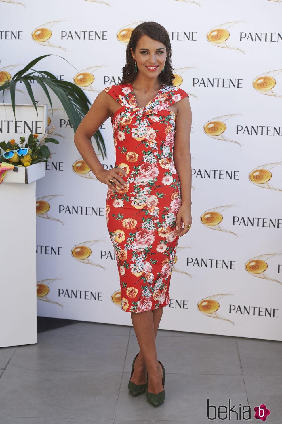 Paula Echevarría, floreada y sonriente en un acto de Pantene