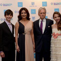 Michael Douglas con Catherine Zeta-Jonas y sus hijos Dylan y Carys en la entrega del 'Nobel Judío'