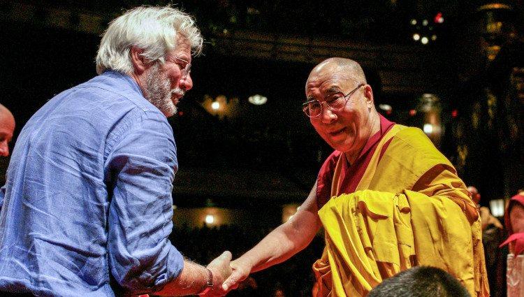 Richard Gere saluda al Dalai Lama durante una conferencia espiritual Nueva York