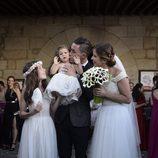 José Callejón y Marta Ponsati posan con sus hijas el día de su boda