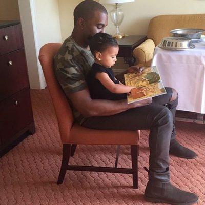 Kanye West lee un cuento con su hija North West