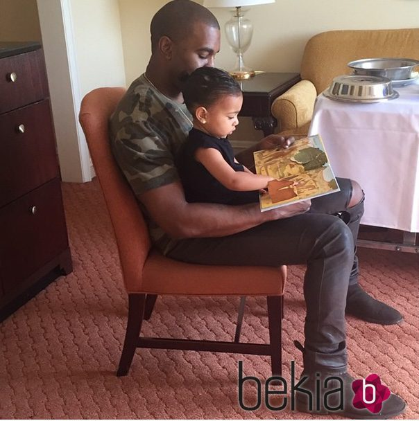 Kanye West lee un cuento con su hija North West