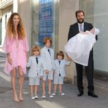 Borja Thyssen y Blanca Cuesta con sus cuatro hijos en el bautizo de Kala Thyssen