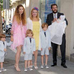 Tita Cervera con Borja Thyssen y Blanca Cuesta y sus hijos en el bautizo de Kala Thyssen
