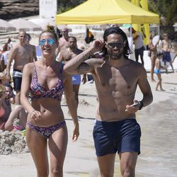 Elisabeth Reyes en bikini y Sergio Sánchez con el torso desnudo en Ibiza