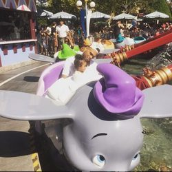 Chris Brown y su hija Royalty en Disneyland