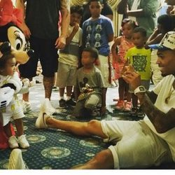 Chris Brown y su hija Royalty en Disneyland con Mickey y Minnie