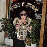 Marujita Díaz a la entrada de un restaurante en Madrid