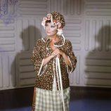Marujita Díaz vestida de señora de la limpieza en un programa de televisión en 1975