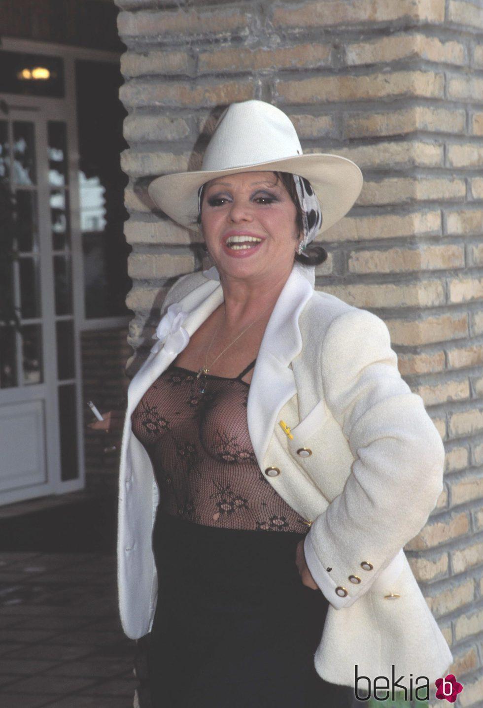 Marujita Díaz muy provocativa posando a la puerta de su casa en 1990