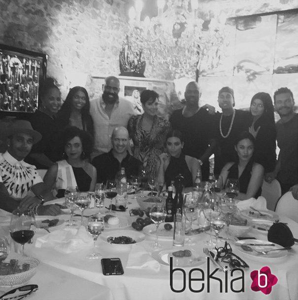 Kim Kardashian cenando con amigos y familiares en Cannes Lions Festival