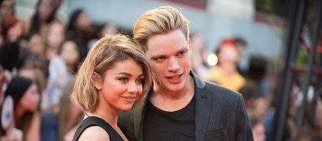 Sarah Hyland y Dominic Sherwood en la alfombra roja de los Much Music Video Awards 2015