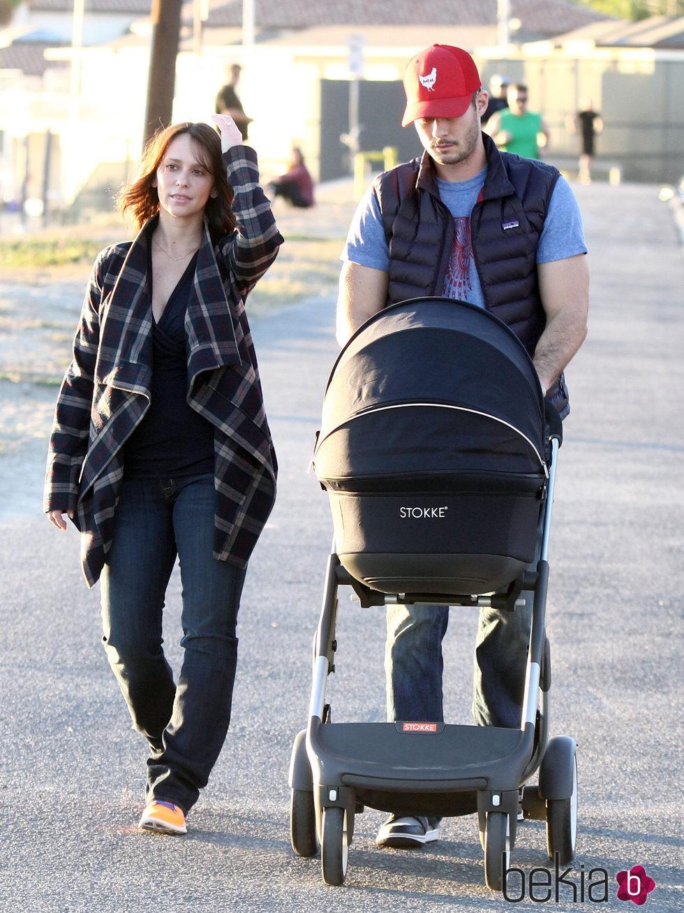 Jennifer Love Hewitt y Brian Hallisay pasean con su hija Autumn por Santa Monica