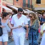 Mariah Carey junto a su novio James Packer firmando autógrafos