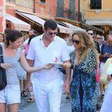 Mariah Carey junto a su novio James Packer firmando autógrafos