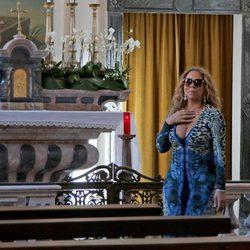 Mariah Carey visitando una iglesia católica de Portofino