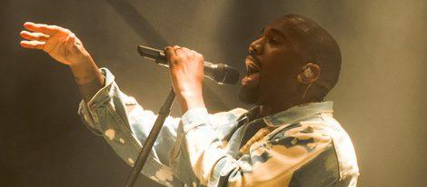 Kanye West actuando en el festival de Glastonbury