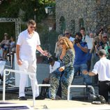 James Packer ayudando a Mariah Carey a subir al yate para navegar