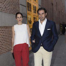 Adriana Carolina Herrera junto a Miguel Baez en la fiesta de la embajada de EEUU