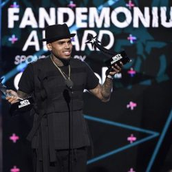 Chris Brown recogiendo sus galardones en los Bet Awards 2015