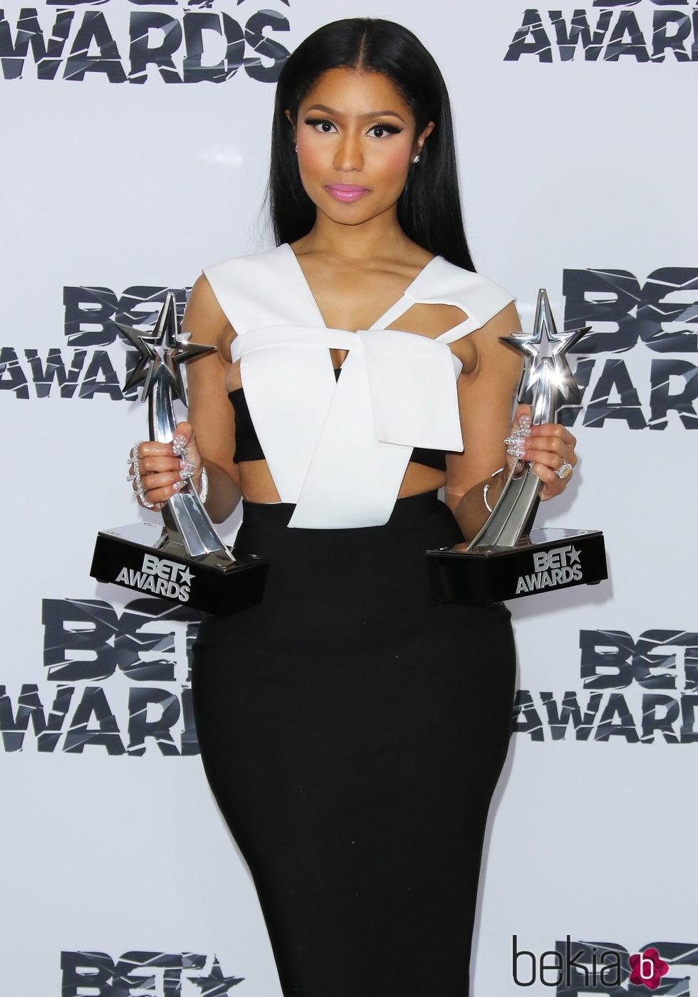 Nicki Minaj posando con sus premios de Bet Awards 2015