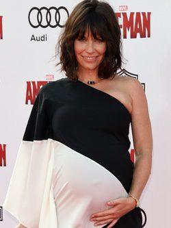 Evangeline Lilly posando en la alfombra roja en la presentación de su nueva película