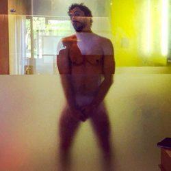 Paco León desnudo en la ducha