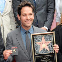 Paul Rudd con la placa de su estrella en el Paseo de la Fama y una réplica para Ant-Man