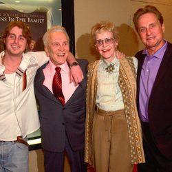 Kirk Douglas junto a su ex mujer Diana, su hijo Michael y su nieto Cameron