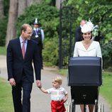 Los Duques de Cambridge y el Príncipe Jorge en el bautizo de Carlota de Cambridge