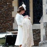 Catherine de Cambridge lleva a la Princesa Carlota a su bautizo