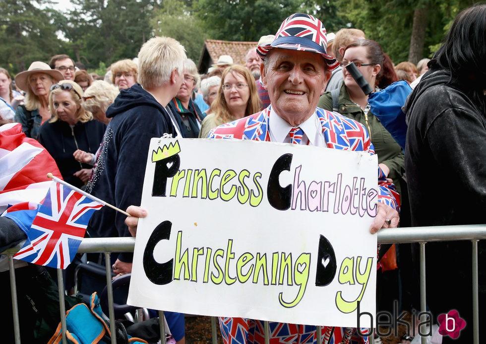 El monárquico Terry Hutt con un cartel celebrando el bautizo de la Princesa Carlota de Cambridge